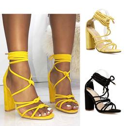 79cb10c9c3f Sexy verano cruz atado tacones altos sandalias mujeres amarillo negro tacón  grueso dedo del pie abierto vestido de banquete zapatos tamaño 35-40  sandalias ...