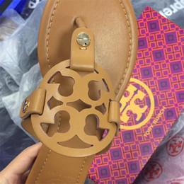 Sandalias de correa de las señoras online-Verano Tory Zapatillas Mujer T-correa Chanclas Hebilla Correa Señora Diapositivas Oro Astilla Mujer Zapatos de mujer Sandalias de tiras Diseñadores FASHION