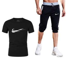 Sudadera para el verano online-Logotipo de la marca de verano Nuevo Joggers para hombre Pantalones cortos ocasionales + Camisetas conjunto de 2 piezas Gyms Track Shorts Moda Hombre sudadera Hombres Ropa 3XL