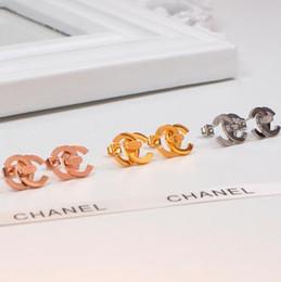 Yeni Geliş Yüksek Kalite 3 Renkler Altın Kaplama Aşk kulak Çiviler Tasarımcı Mektubu Moda Paslanmaz Çelik Küpe Kadınlar Kız Toptan Için nereden