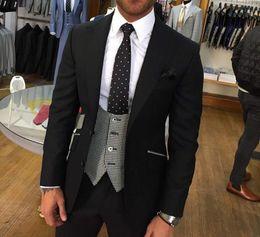 Elegante chaqueta de esmoquin negro online-Elegante novio negro esmoquin pico solapa hombre trajes de negocios fiesta de graduación blazer chaleco pantalones conjuntos (chaqueta + pantalones + chaleco + corbata) NO: 2151