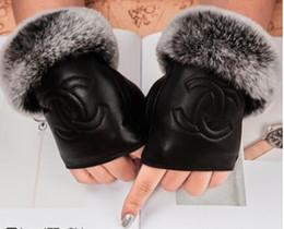 Перчаточный кожаный сенсорный экран онлайн-Женщины зима меха натуральная кожа роскошные оригинальный модный бренд перчатки плюшевые кролик мягкий теплый овчины Сексуальная половина палец сенсорный экран перчатки