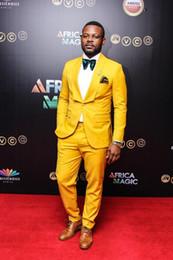 Мужские желтые костюмы онлайн-Новый Стильный Дизайн Жених Смокинги Одна Кнопка Желтый Шаль Лацкане Жениха Лучший Костюм Мужчины Свадебные Костюмы (Куртка + Брюки + Галстук) 945