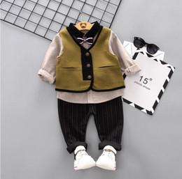 2020 terno de risca de gravata borboleta 2020 nova primavera e outono roupas para 1-4 anos de idade ocasional veste do bebê riscas Bow Tie calças compridas manga três filhos terno terno de risca de gravata borboleta barato