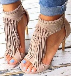 Sandalias stiletto color nude online-Tamaño grande 42 sandalias de gamuza color sólido borlas tacones de aguja tobillo envoltura negro / nude vestido de punta abierta sandalias flecos tacones de verano