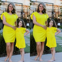 vestido de verano a juego de mamá mami Rebajas Madre y la familia de la hija ropa a juego vestidos de traje de Mami mi niña sólido delgado falda del bebé niños verano de las muchachas Ropa para niños QZZW118
