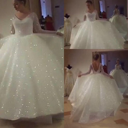 Vestidos brancos de casamento civil on-line-2020 vestidos de noiva glitter branco com manga longa de lantejoulas decote em v saia inchado sparkly backless princesa jardim civil nupcial vestido de casamento