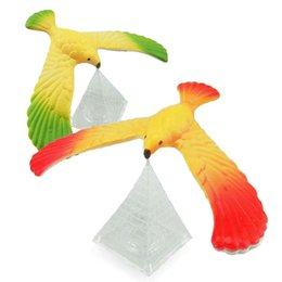 Exhibiciones de muñecas online-Balance Eagle Bird Toy Magic Box Balance Bird Display Doll Juguete de aprendizaje divertido para niños juguetes de la novedad