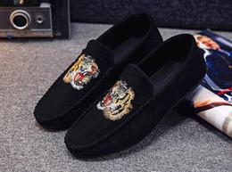 Heißer Verkauf Männer Designer Loafers Black Herren Bootsschuhe Luxus Tiger Kopf Wildleder Slip On Loafers Casual Sneaker Herren flache Driving Schuh von Fabrikanten