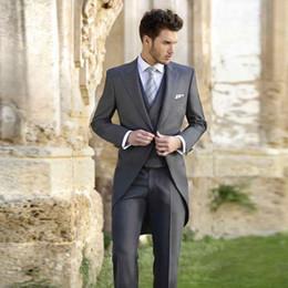 drei knopf-tuxedos-tailcoat Rabatt Grau One Button Frack Männer Anzüge Spitzen Revers Hochzeitsanzüge Für Männer Mit Jacke Hosen Weste Bräutigam Smoking