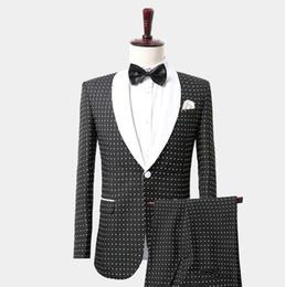 Traje de esmoquin de lunares blanco y negro de moda para caballero con solapa de mantón Trajes para hombre Chaqueta de esmoquin de boda por encargo Pantalones Chaleco Slim Fit desde fabricantes