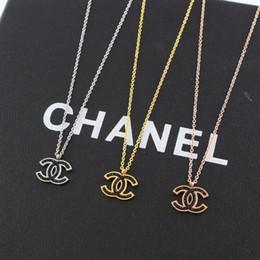Lettre de style classique pendentif pour cadeau marque strass noir couple collier 18K titane acier chaîne plaquée pour unisexe ? partir de fabricateur