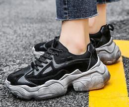 Senhoras moda tops on-line-Top 2019 único elevação de pele feminino grossa ostenta calçados casuais de couro da moda sapatos casuais das senhoras da menina tênis botas formais