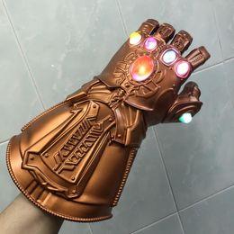 Luzes infinitas on-line-Luz LED Thanos Infinito Gauntlet Avengers Infinito Guerra Cosplay LED Luvas Presente Traje Halloween Adereços
