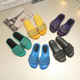 Diseñador mujer azul verde negro púrpura cadena de cuero amarillo sandalias planas marca Sexy Summer Beach zapatillas zapatos 35-42 envío gratis desde fabricantes