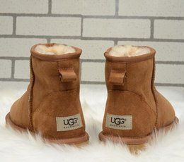 Botas clásicas de piel de oveja online-Las mujeres de invierno al por mayor se calientan las botas de nieve las botas de lana de piel de oveja cálida lana fría botas clásicas australianas
