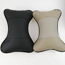 Almohadas de auto para reposacabezas online-Cuero de PU Almohada de asiento de automóvil caliente excavación de agujeros reposacabezas de invierno para automóvil suministros de cuero almohada para el cuello una almohada de seguridad automática sin envío gratis