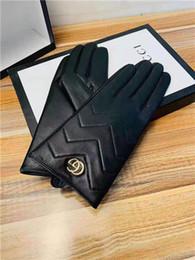 Перчатки классические онлайн-Классический дизайн ретро европейские и американские стиль зимних кожаные перчатки теплых моды металлического логотип перчатка