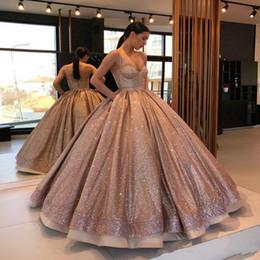 2019 bola de ouro rosa 2019 Rose Gold Lantejoulas Sparkly Ball Gown Vestidos de Festa de Baile Com Alças de Espaguete Ruched Sem Encosto Doce Vestidos de Noite bola de ouro rosa barato