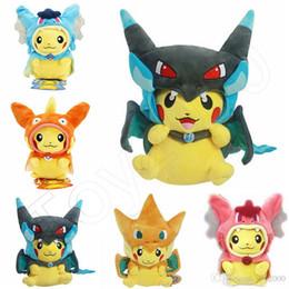 giocattoli della bambola per i bambini Sconti 25 cm Cosplay Peluche Bambole Giocattoli Bambini Pikachu Charizard Slowpoke Magikarp Peluche Bambole Giocattolo Mantello Pikachu bambini giocattoli
