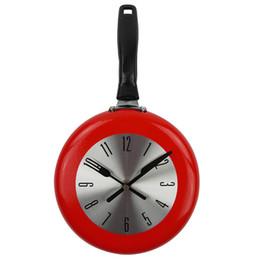 Disegni della decorazione della cucina online-Orologio da parete creativo Metallo Frying Pan Design 8 '' 10 '' 12 '' Orologi Cucina Decorazione Novità Art Watch Horloge Murale Relogio