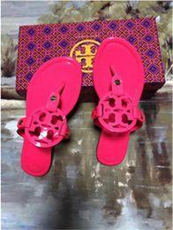 T-shirt de tiras on-line-2019 Verão Tory Chinelos Mulheres T-cinta Flip Flops Thong Sandálias Designers Buckle Strap Senhora Slides Sapatos Femininos de Prata de Ouro Mujer8