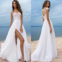 Rückenlose spitzenhülse lange schlitzseite online-Luxus Strand Boho Brautkleider mit kurzen Ärmeln Günstige Chiffon Bohemian Lange Brautkleider High Side Slit Backless robe de mariee Sheer Neck
