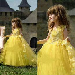 c915f1986dd9f 2019 Sarı Dantel Çiçek Kız Elbise Çar V Boyun Çiçek Aplikler Tül Kızlar  Pageant Elbise Yüksek Kalite Çocuklar Pageant Örgün Önlükler