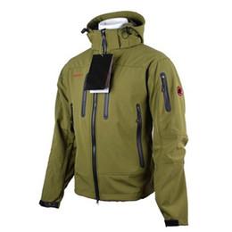 Motos de bombardero online-2019 Estilo capucha Softshell Polar impermeabilizan ir chaqueta de la motocicleta de los hombres Escudo bombardero chaquetas alpinismo Chaqueta