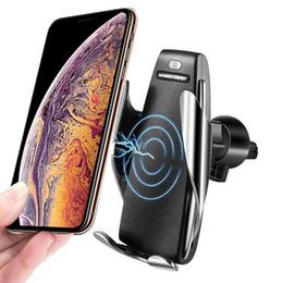Iphone sensorhalter online-Automatische sensor auto wireless ladegerät für iphone xs max xr x samsung s10 s9 intelligente infrarot schnelle wirless lade auto handyhalter