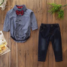2019 pantalones de caballero 2019 Autumn Boys trajes niños niños a cuadros Arcos corbata solapa manga larga mameluco + doble bolsillo jeans 2 unids conjuntos ropa de caballero bebé F8618 rebajas pantalones de caballero