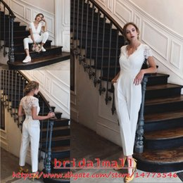 Combinaison de dentelle nue en Ligne-Appliqued Lace Jumpsuits Pour Les Femmes 2019 Elegant Col En V Plage Boho Robes De Mariée Manches Courtes Pantalon De Mariée Costumes Longueur De La Cheville Costumes De Mariée