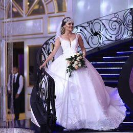arabische brautkleider Rabatt Luxus Spaghettibügel Feder Ballkleid Brautkleider Spitze Appliques 3D Blume Saudi Arabian Brautkleid Satin Backless Brautkleid