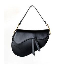 Sıcak Satış Lüks Klasik Tasarımcı Çanta Yüksek Kalite Deri Kadın Omuz Çantası Eyer Çanta 2020 Yeni Moda Metal Harf Bez nereden toptan kelebek baskılı el çantaları tedarikçiler