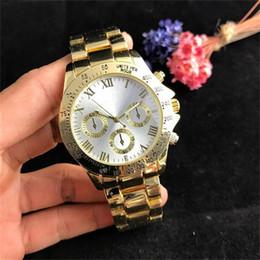 estilos de banda de reloj de metal Rebajas Lujo 40 mm Dial grande Relojes de cuarzo para hombres Moda falso Estilo de dial de alfabeto romano de 3 ojos Reloj de cuarzo de metal para hombres