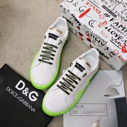 Sapatilha de rebite de tendência on-line-couro 2020h edição limitada rebite pichações sapatos banquete sapatos brancos das mulheres tendência sapatos casuais, a entrega de embalagem caixa original