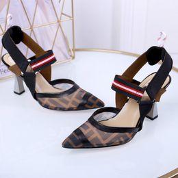 Novos saltos de alta qualidade grosso com 35-41 estação Europeia moda de alta qualidade sandálias de couro de patente direto da fábrica frete grátis de