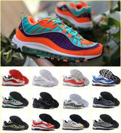Argentina 2019 Nuevo diseño 98 AIR OG Fifteen Colors Stripes Casual Zapatos para correr Azul Negro Rojo Caqui para hombre Botas para caminar Zapatillas de deporte al aire libre EE. UU. cheap shoes boot design Suministro