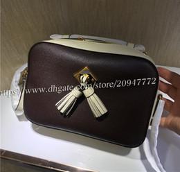 Bolsos de piel suave online-Bolso de la cámara de la borla de Saintonge de las mujeres del buen precio 43557 Bolso de cuero genuino 22cm Bolso de la marca de alta calidad