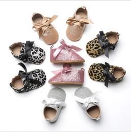 láminas de caucho Rebajas 5 colores zapatos de niña pequeña Arco Cinta con cordones Bling Leopard princesa niños zapatos Niño suave suela antideslizante primer caminante Calzado Prewalker
