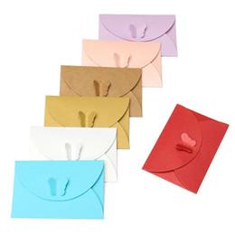 Sobres de colores online-100 unids Mini color mariposa hebilla sobres de papel DIY Retro en blanco sobre de la invitación para el banquete de boda tarjeta de felicitación