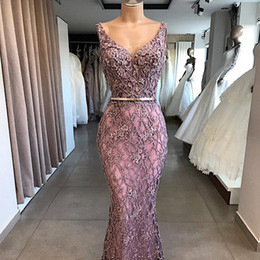 Écharpes dorées en Ligne-Dusty Rose Lace Appliqued col en V profond manches sirène robes de soirée avec Golden Sash balayage train Robes