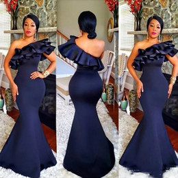 2019 bello stile abito reale degli abiti 2019 Blu scuro Sirena Abiti da damigella d'onore Una spalla Increspature a strati Top Sweep Train Plus Size Abiti africani Abiti da damigella d'onore