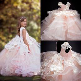 Vestito increspato rosa pallido online-Rosa pallido Tier increspature spettacolo della ragazza veste il vestito da promenade 2020 con scollo a V Hand Made Flowers Appliques increspato lungo gonfio Flower Girl Dress Bambini