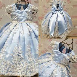 cinturones de boda azul cielo Rebajas 2018 Light Sky Blue Flower Girls Vestidos para boda Joya de cuello Apliques de encaje Sash Cap Sleeve A-Line Vestidos de primera comunión con lazo grande