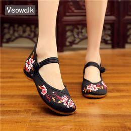 6e70b61b24 Veowalk Flores Chinesas Bordadas Mulheres Da Lona Mary Janes Flats Retro  Senhoras Conforto Algodão Sapatos de Caminhada Suave Sapatos Mãe