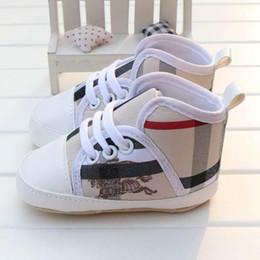 sapatas do berço do bebé Desconto 2019 NOVO Xadrez Bebês Sapatos Da Menina do Menino Sola Macia Lona Sólida Calçados Para Recém-nascidos Mocassins Berço Da Criança 3 Cores Disponíveis