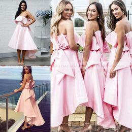 Vestidos de noiva arco baixo on-line-Único 2019 strapless alta baixo rosa de cetim curto barato da dama de honra vestidos com arco ruffles sexy de volta vestido de festa de casamento a linha de vestido de baile