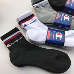Rodilla de tenis online-espesamiento de la moda hasta la rodilla calcetines toalla al aire libre calcetines deportivos hombres y mujeres de algodón blanco y negro gris campeón tendencia de estilo calcetines universidad