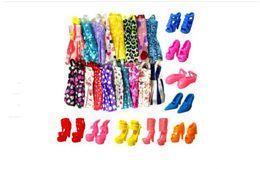 Venta al por mayor 1Lot = 10pc Doll Short skirt + 5pair Zapatillas Trajes para muñeca vestido de traje de juguete desde fabricantes